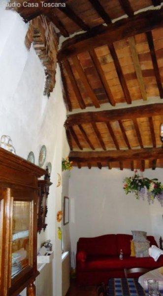 historisches haus mit kleinem garten auf malerischem mittelalterlichen dorf homebooster. Black Bedroom Furniture Sets. Home Design Ideas