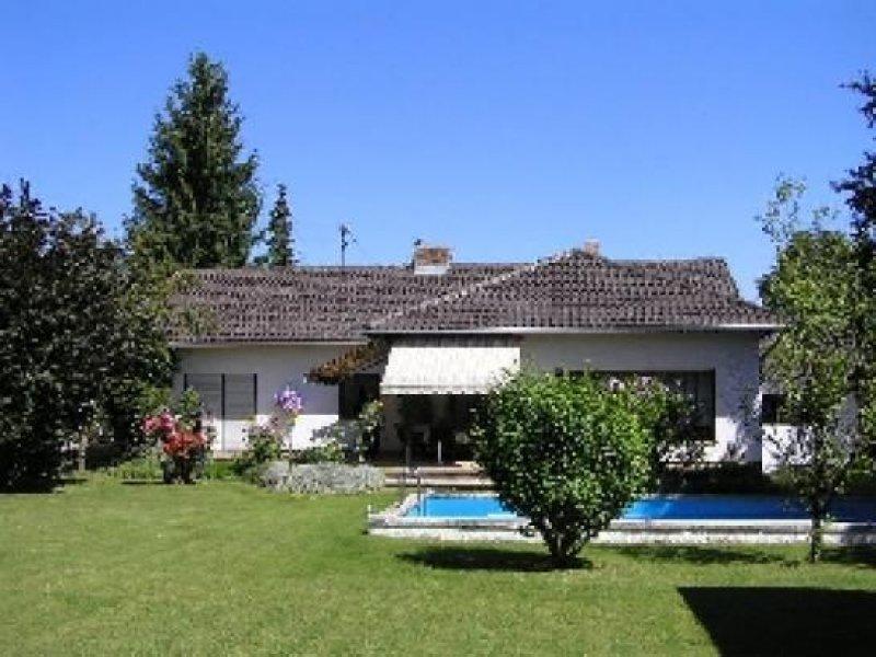gepflegter walmdach bungalow mit pool und werkstatthaus homebooster. Black Bedroom Furniture Sets. Home Design Ideas